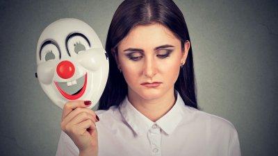 Mulher tirando mascara