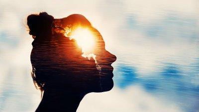 Desenho de cabeça de mulher com pôr do sol