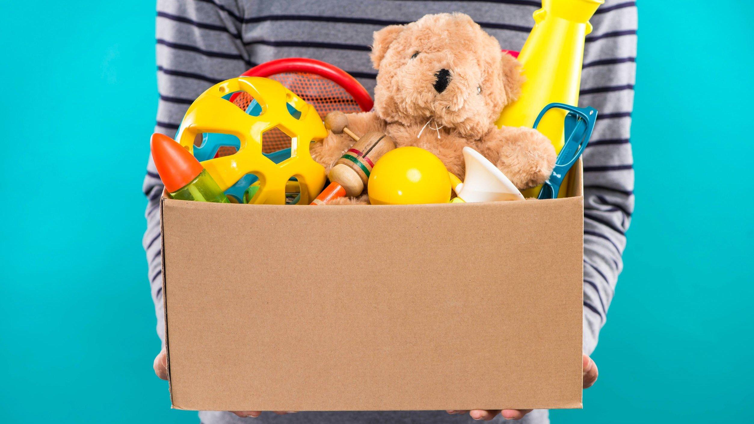 Pessoa segurando caixa de brinquedos