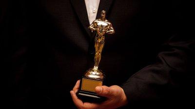 Pessoa segurando troféu do Oscar