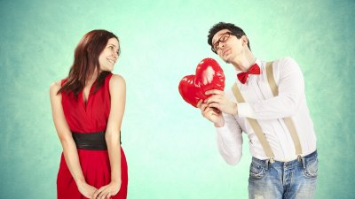 Homem dando coração para mulher