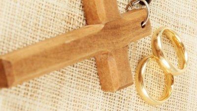 Convite de casamento em branco, saindo de envelope cinza