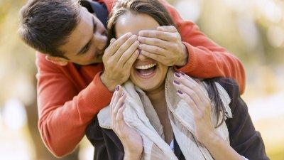 Homem tampando os olhos de mulher para fazer surpresa