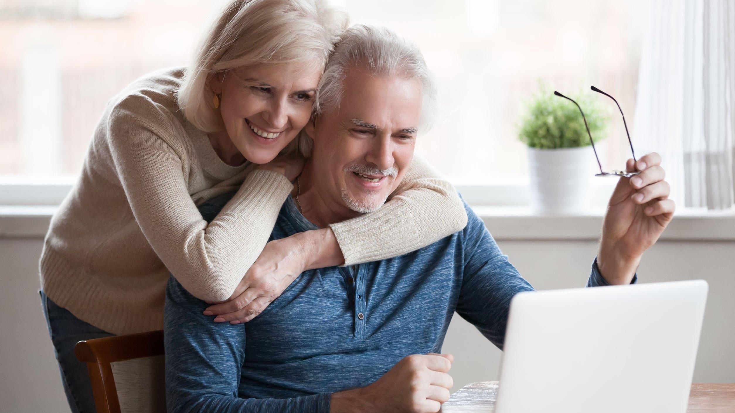 Casal de idosos mexendo em computador