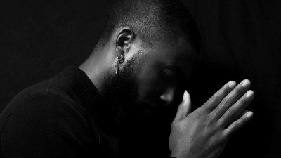 Homem ajoelhado orando