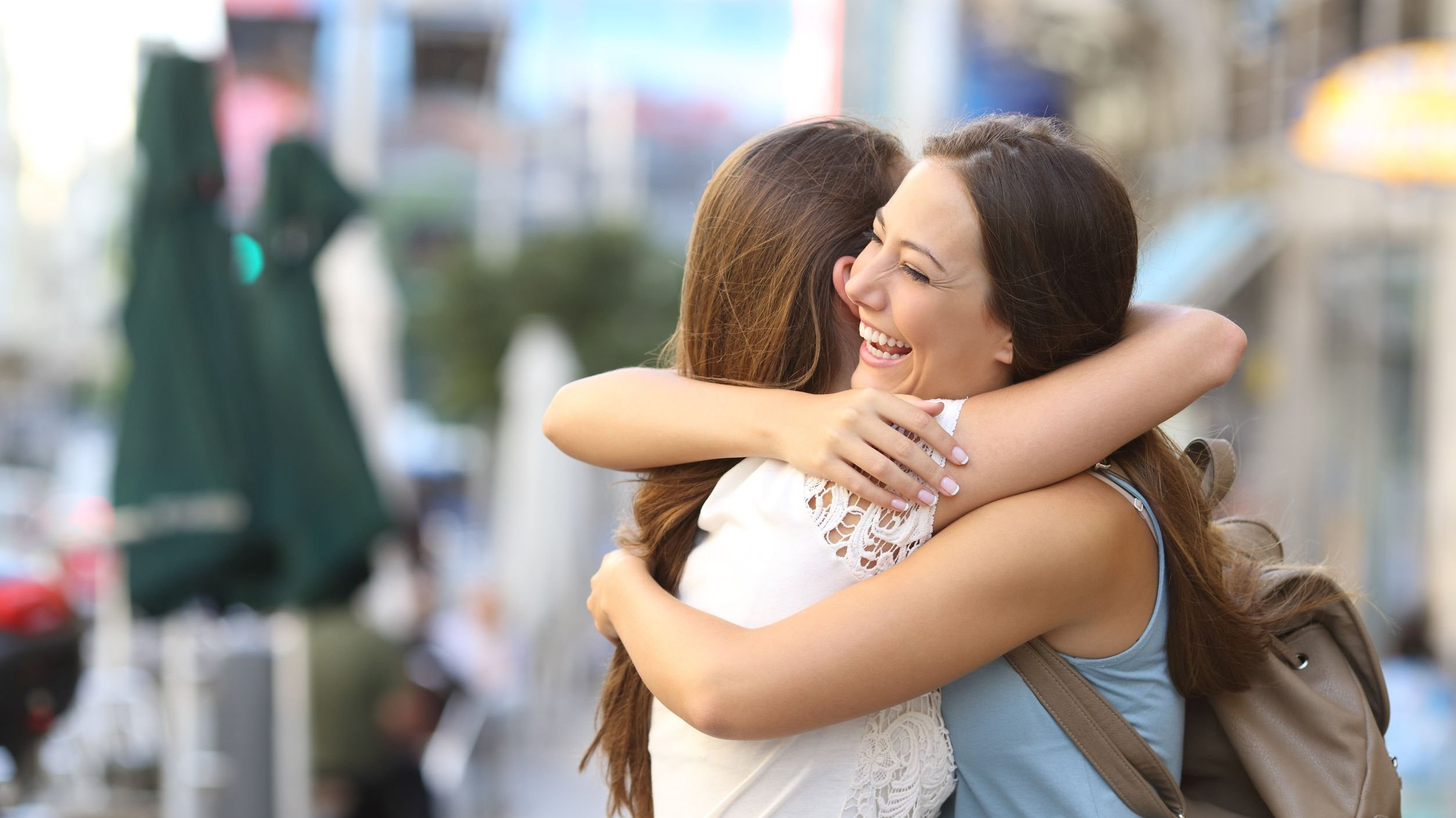 Mulheres se abraçando