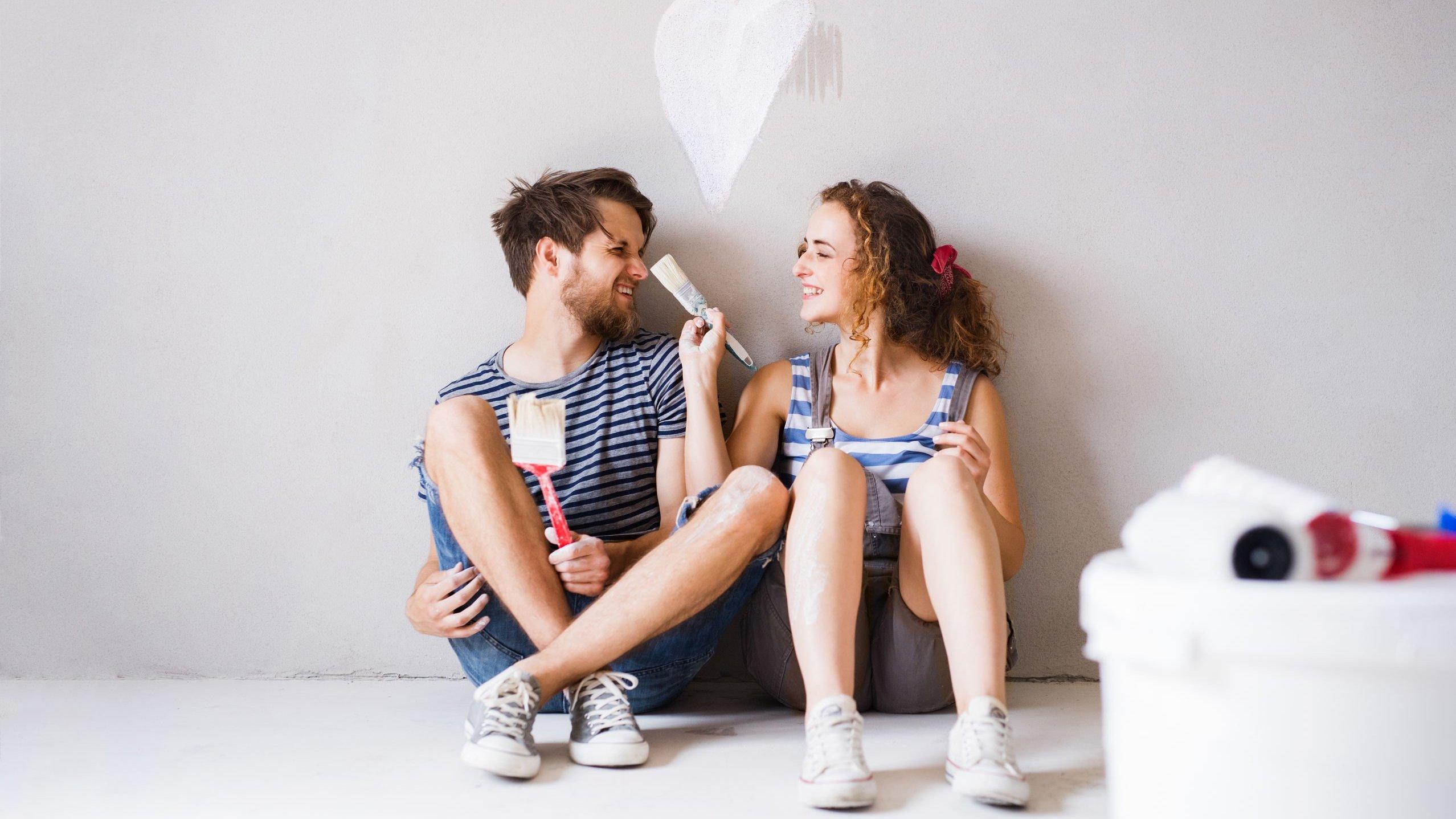 Homem e mulher sentados sorrindo