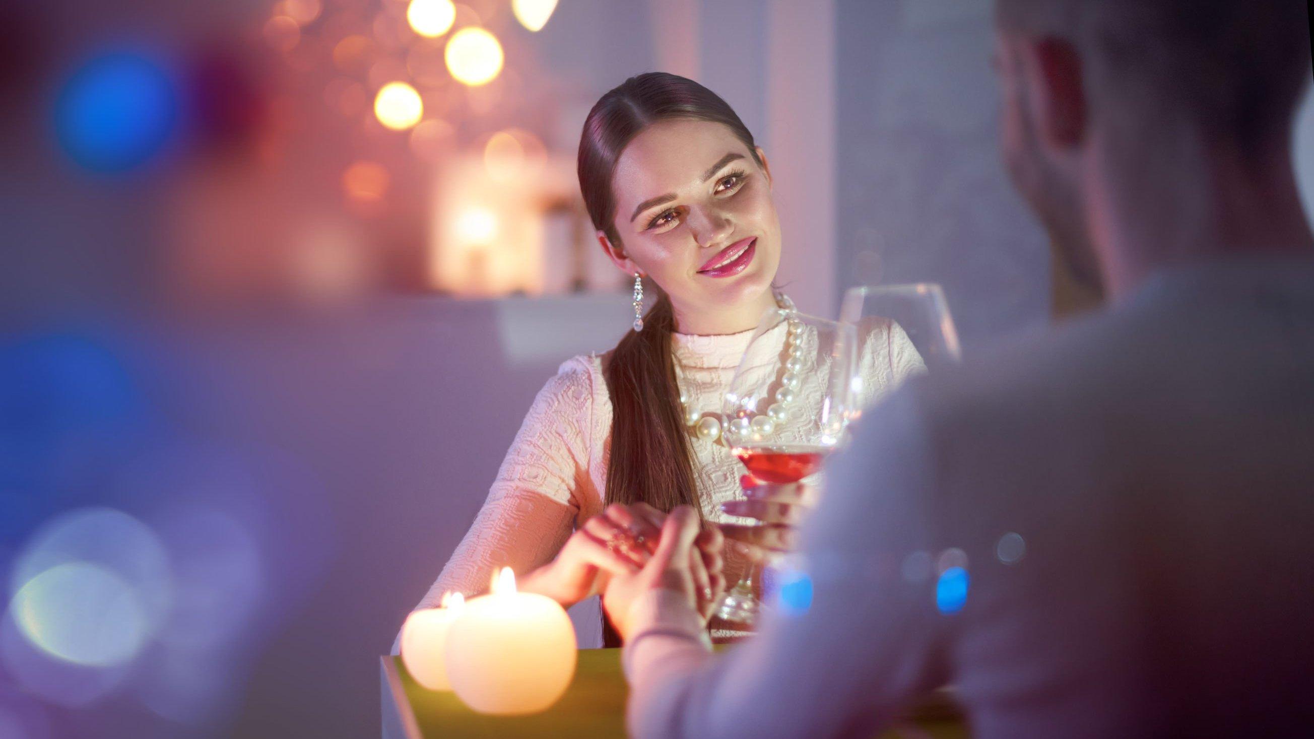 Homem e mulher jantando