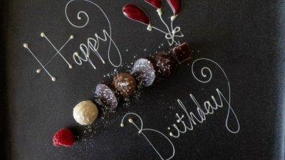Feliz aniversário escrito com chocolate em prato, em inglês