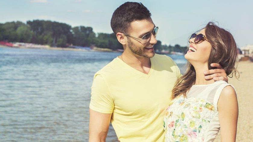 Jovem casal feliz na praia