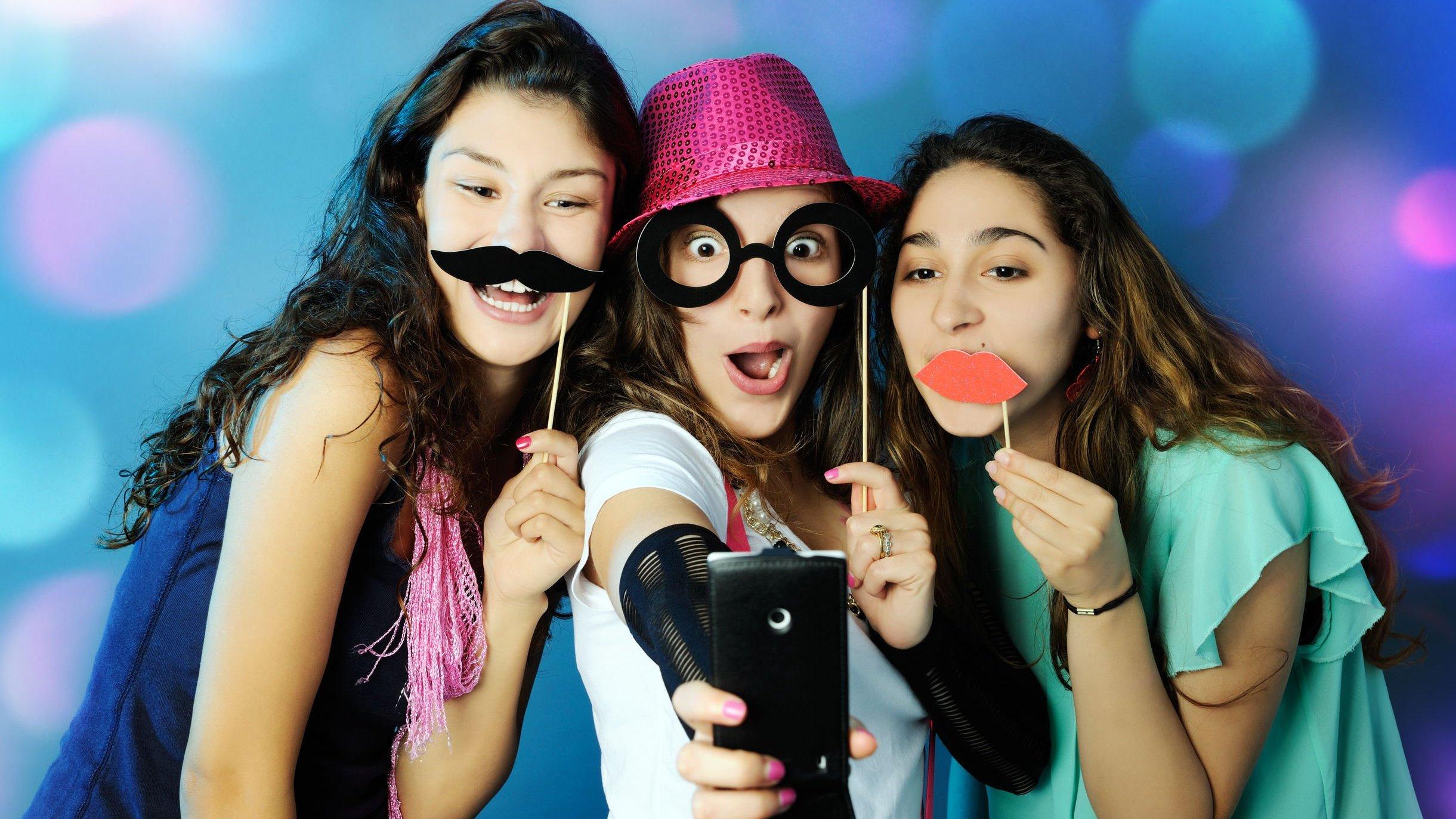 Mulheres com enfeites de carnaval