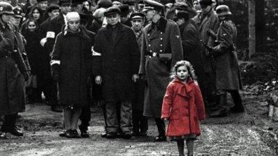 Foto preto e branca de pessoas caminhando, onde somente garotinha está destacada com um casaco vermelho