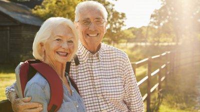 Casal idosos sorrindo