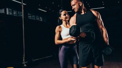 Casal treinando musculação