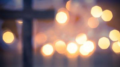 Sombra de cruz com luzes desfocadas