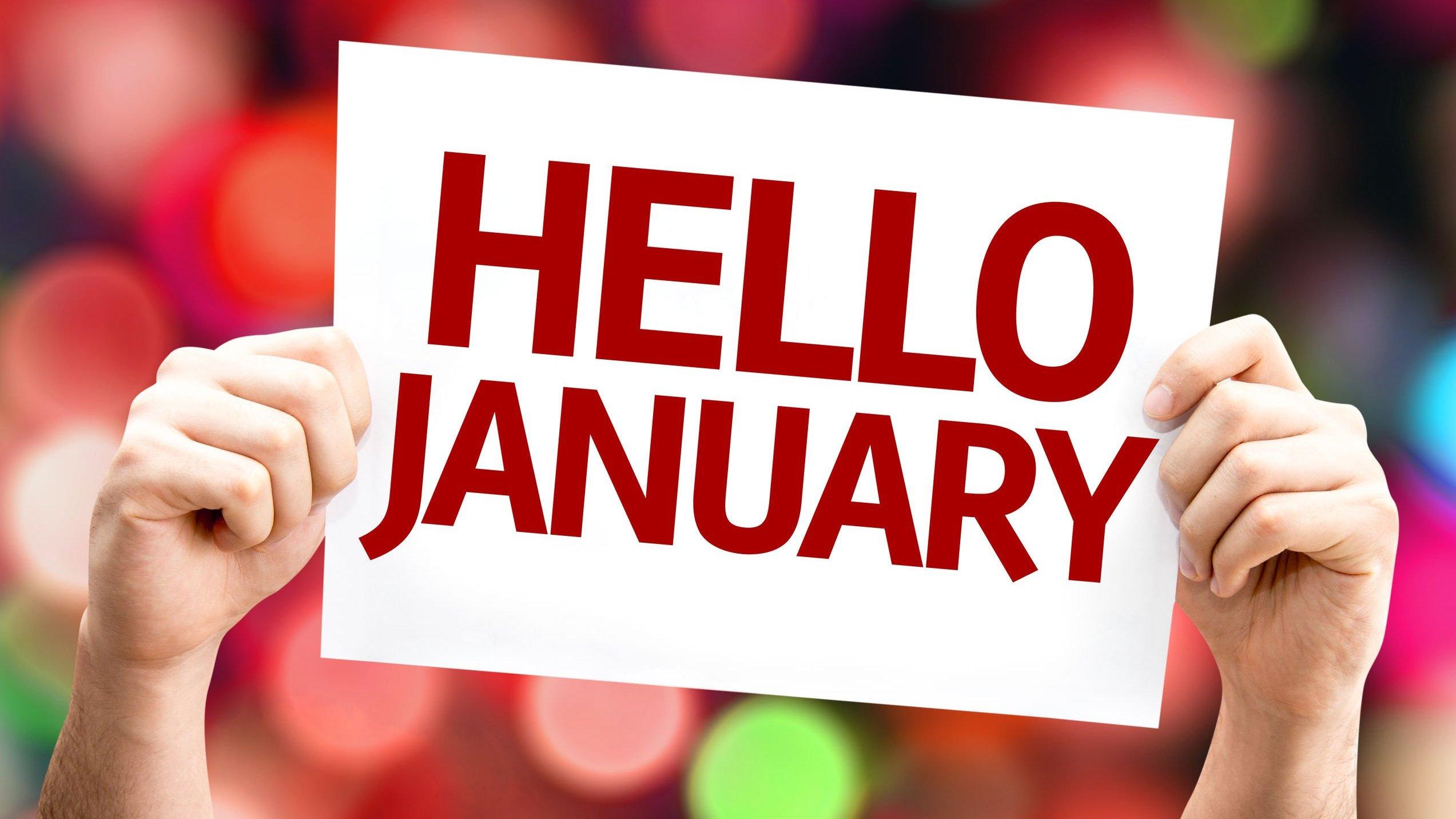 Pessoa segurando placa escrito olá janeiro em inglês