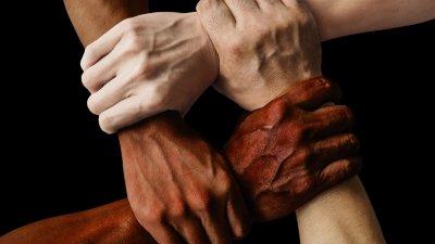 Mãos de diversas cores juntas