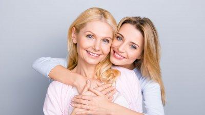 Mulheres se abraçando e sorrindo