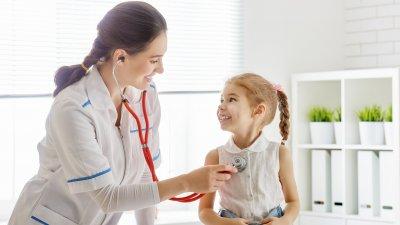Médica examinando criança