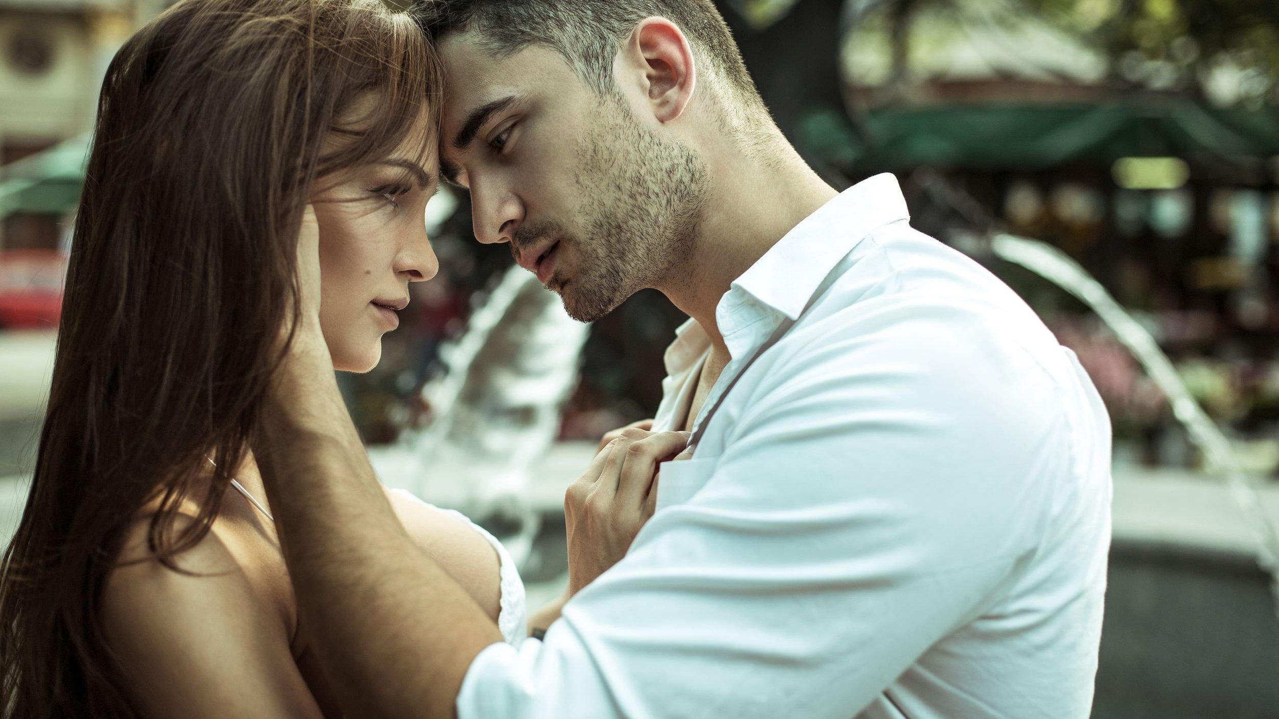 Homem segurando em pescoço de mulher