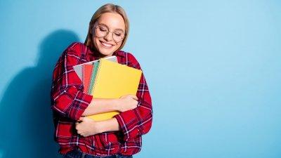 Mulher sorrindo segurando livros