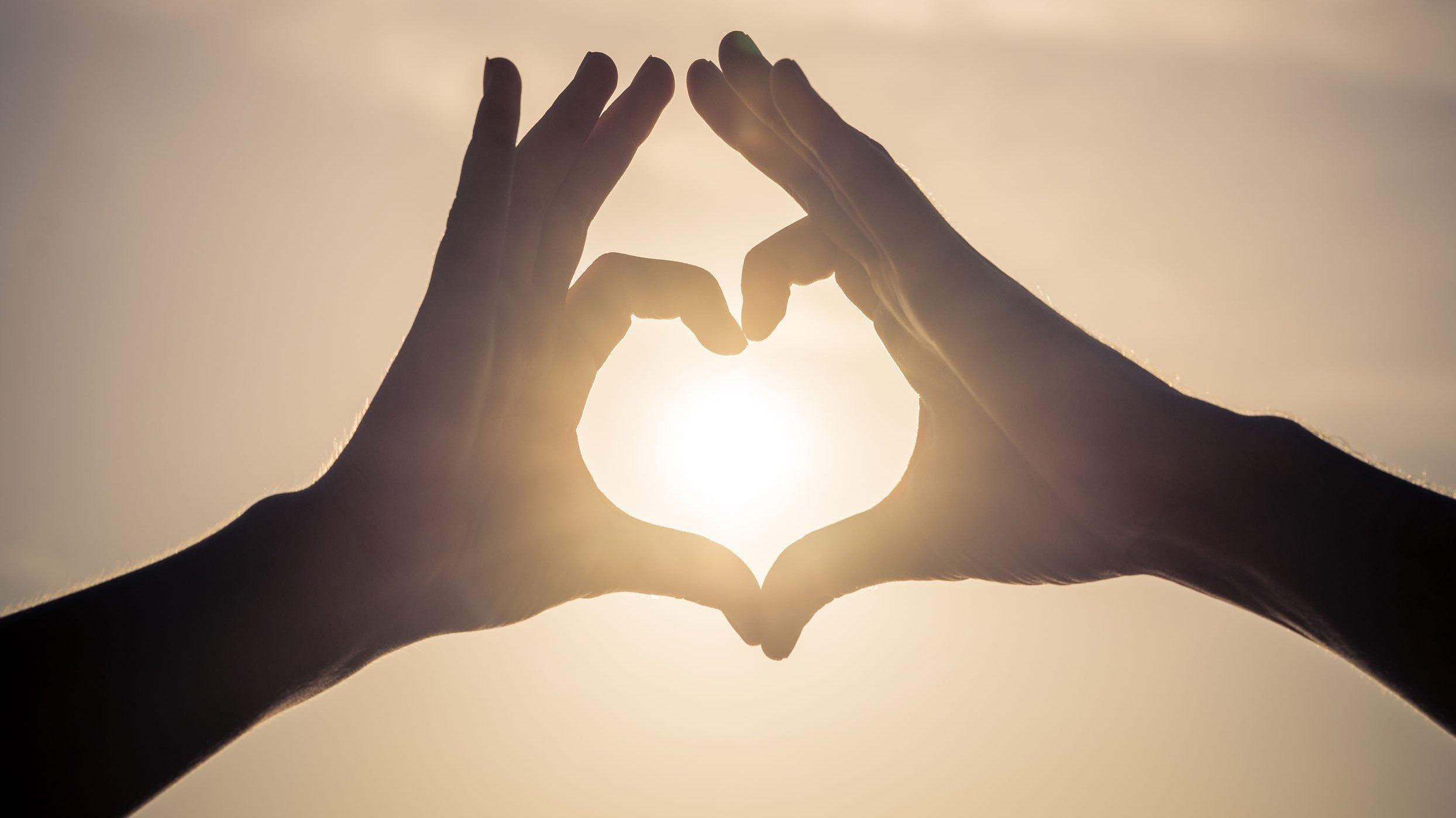 Coração formado por mãos