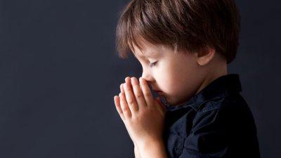Mulher de olhos fechados orando