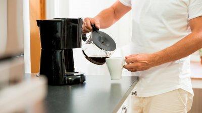 Homem colocando café em xícara