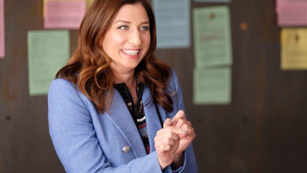 Mulher sorrindo fazendo gestos com as mãos/ Gina Linetti