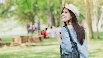 Mulher sorrindo em parque