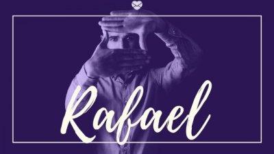 Montagem com foto de homem usando as mãos para fazer forma de quadrado, com o nome Rafael escrito em branco