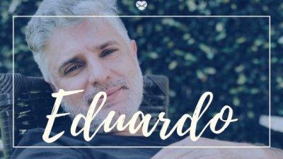 Montagem com foto de homem de cabelos grisalhos, sentado em cadeira ao ar livre, com o nome Eduardo escrito em branco