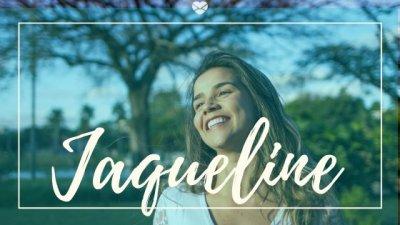 Montagem com foto de mulher jovem, ao ar livre, sorrindo com os cabelos ao vento, com o nome Jaqueline escrito em branco