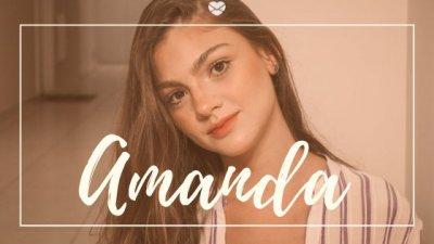 Montagem com foto de menina jovem com os cabelos longos, inclinando a cabeça para o lado, e o nome Amanda escrito em branco.
