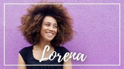 Montagem com foto de apoiando-se em muro com um dos braços, dando risada e olhando para o lado, e o nome Lorena escrito em branco.