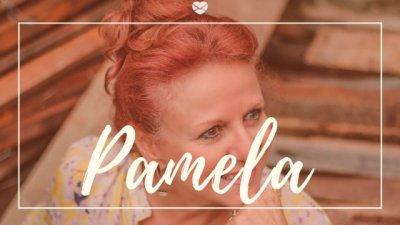 Montagem com foto de mulher de meia idade, com os cabelos ruivos, sorrindo, e o nome Pamela escrito em branco.