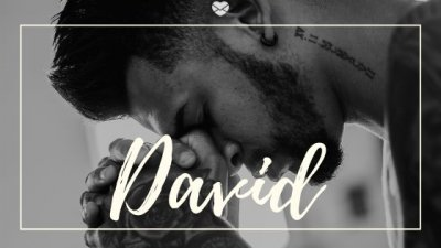 Montagem com foto de homem de olhos fechados, apoiando o rosto sobre suas mãos unidas, e o nome David escrito em branco.