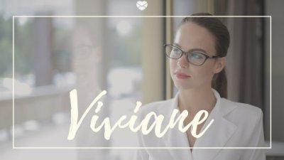 Nome Viviane escrito em branco sobre foto de mulher jovem com o cabelo preso, camisa social e óculos social, olhando para janela de vidro.