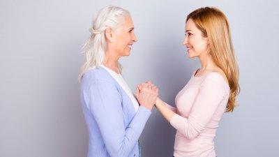 Mulher segurando mãos da sua mãe