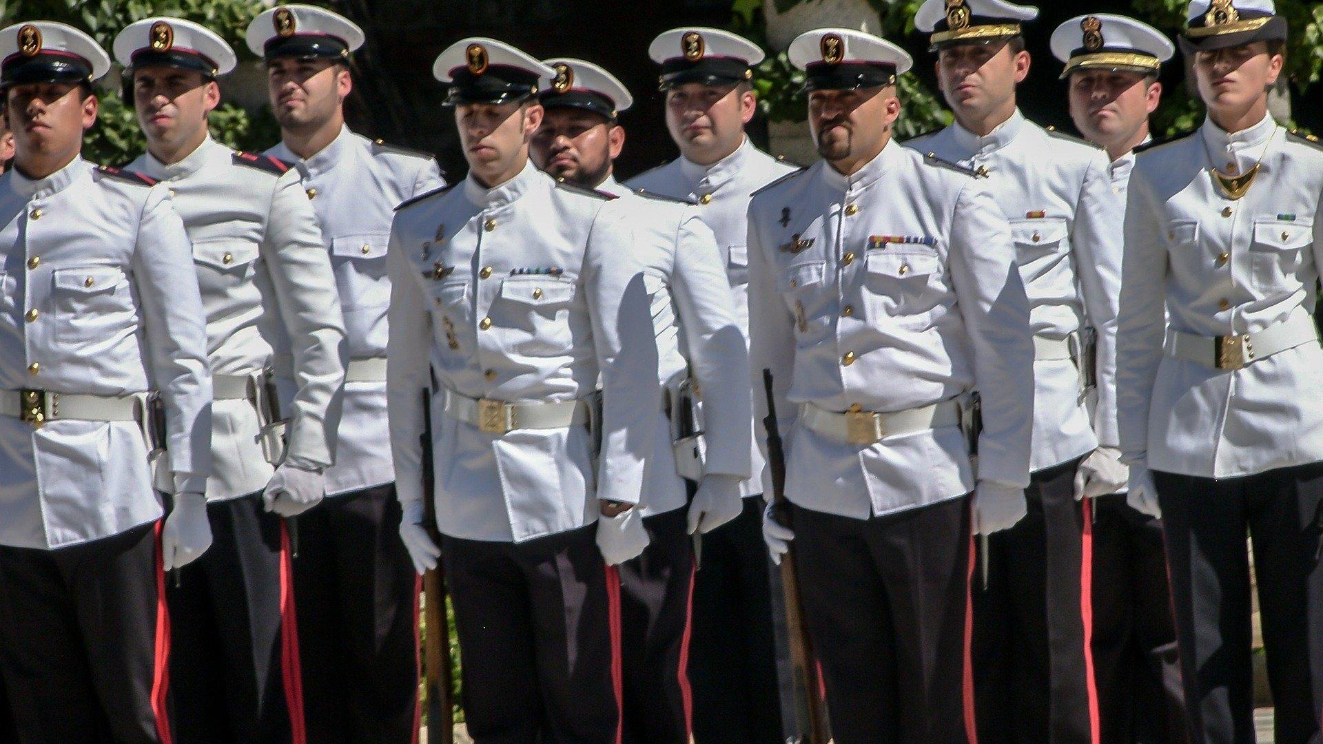 Fuzileiros Navais uniformizados batendo continência