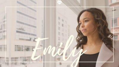 Nome Emily escrito em branco sobre foto de mulher negra, jovem, usando roupas sociais em escritório.