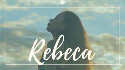 Nome Rebeca escrito em branco sobre foto de mulher ao ar livre, com os cabelos soltos, olhos fechados e cabeça inclinada levemente para trás.