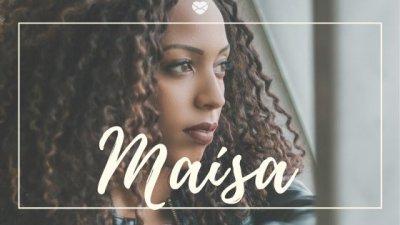 Nome Maísa escrito em branco sobre foto de mulher negra, jovem, com expressão séria, olhando para o horizonte.