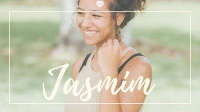 Nome Jasmim escrito em branco sobre foto de mulher jovem, com acne na pele, dando risada em parque.