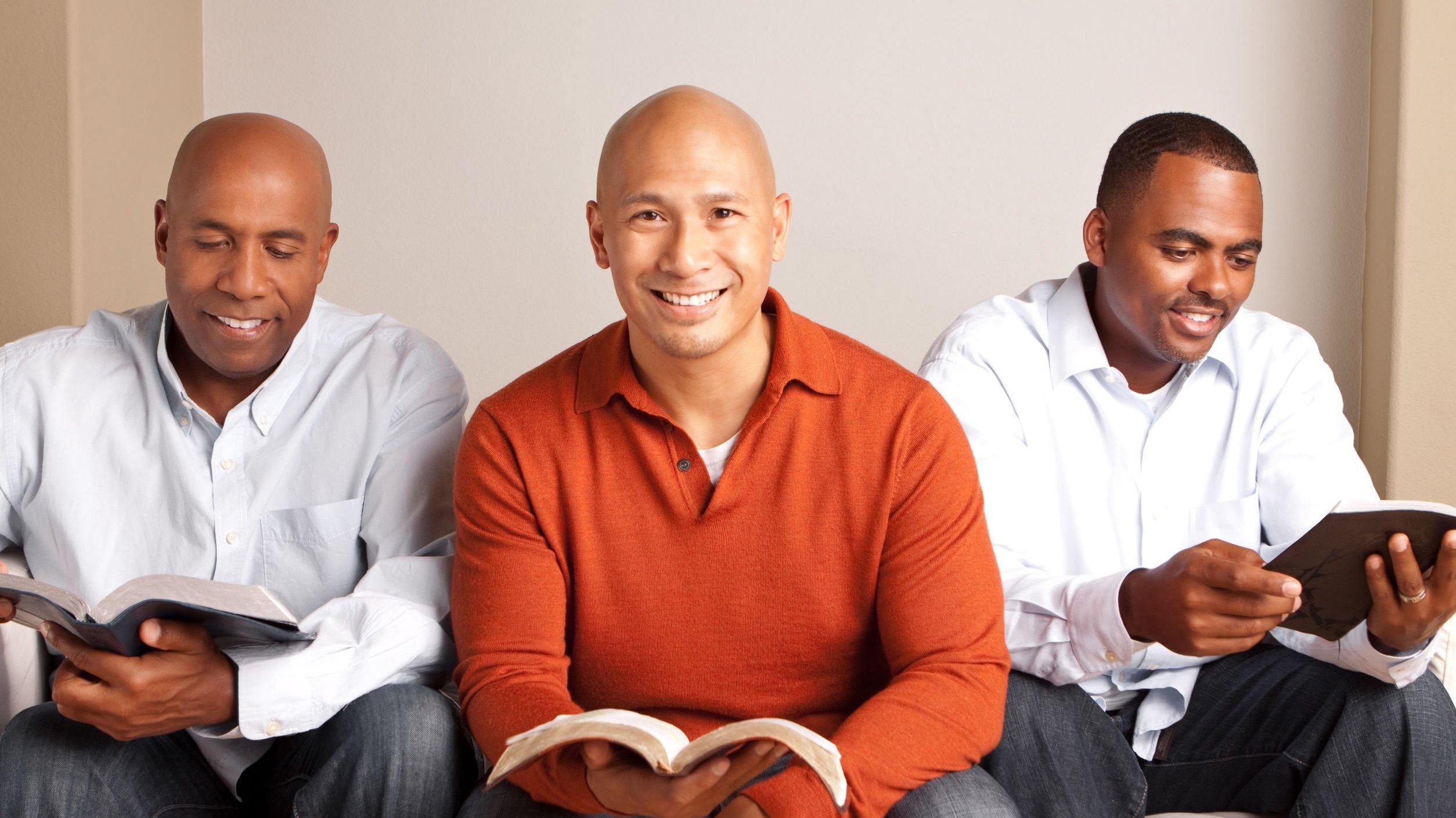 Pastores sentados em sofá sorrindo