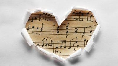 Desenho de coração e partitura musical dentro do coração