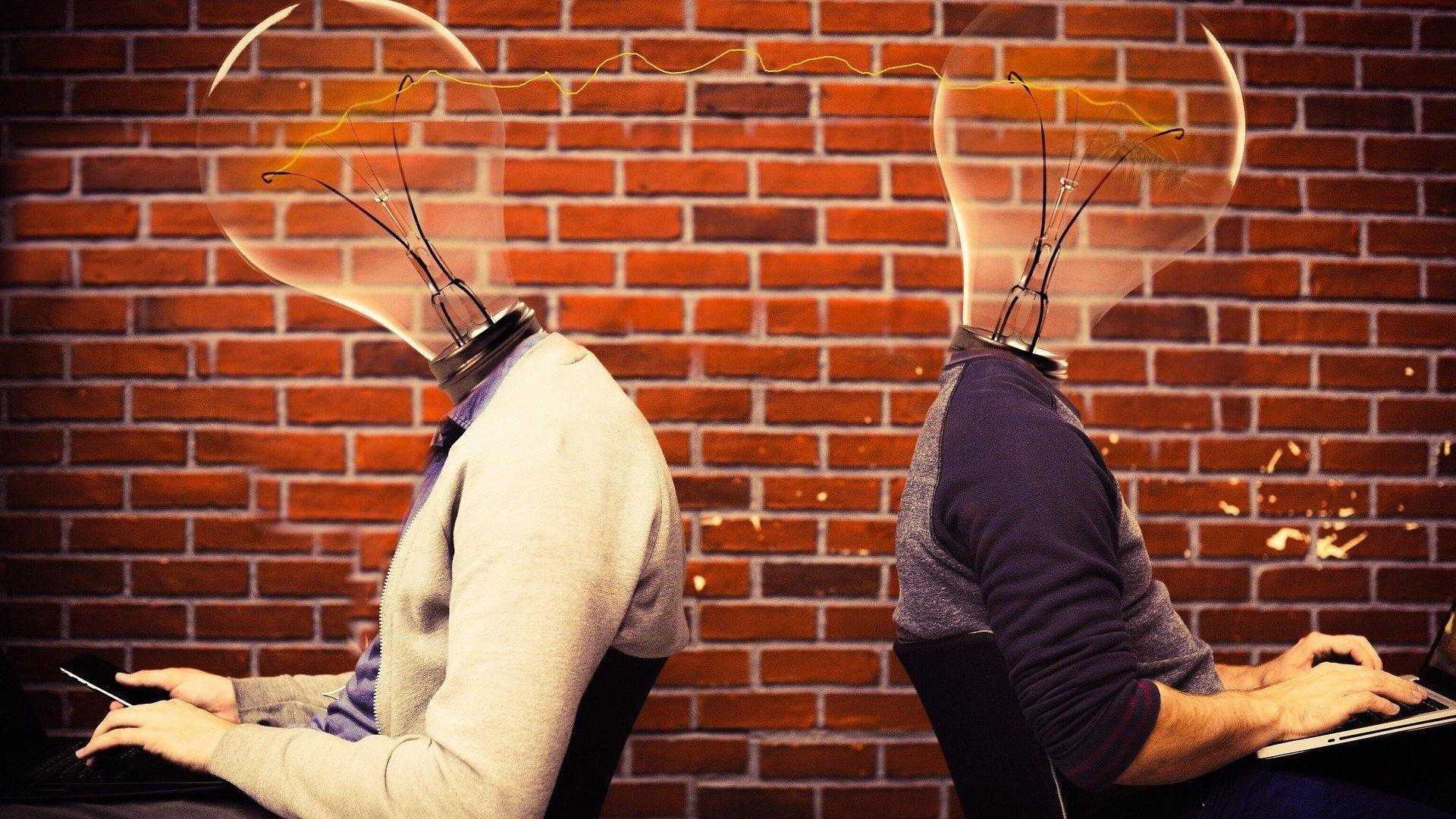 Ilustração gráfica de pessoas com lâmpadas no lugar da cabeça, representando inovação