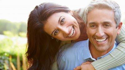 Mulher sorrindo abraçando marido sorrindo