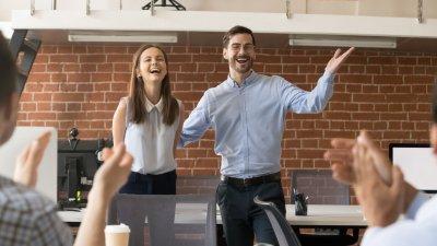 Mulher junto com chefe em confraternização de trabalho, os dois estão sorrindo