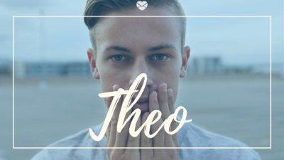 Nome Theo escrito na cor branca sobre imagem de menino jovem com as mãos no rosto